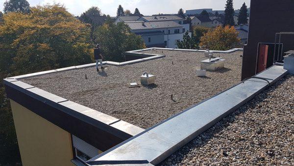 Geforderte Flachdachsanierung Eines Mehrfamilienhauses Biros